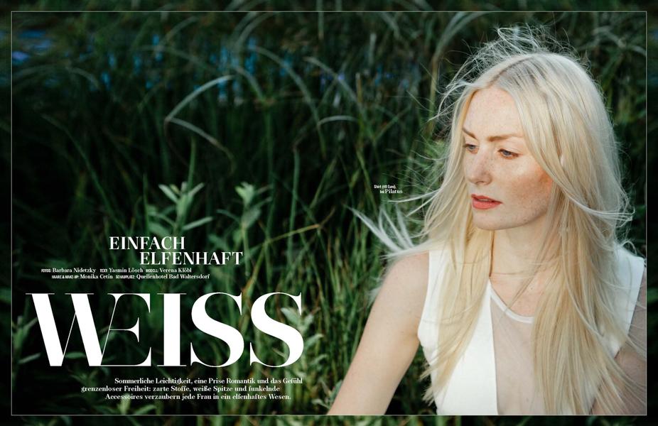 Editorial, Modestrecke, blondes Model trägt weiße Mode im Grünen