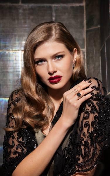 Modefoto, High Fashion, Model trägt Abendmode und Schmuck, Location Weinkeller Polz