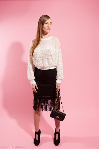 Model posiert vor rosa Hintergrund, Modefoto