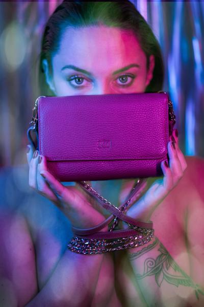 Modefotos für Impibag, Dunkelhaariges Model mit Impibag portraithaft abgelichtet, buntes Licht, sehr stylish