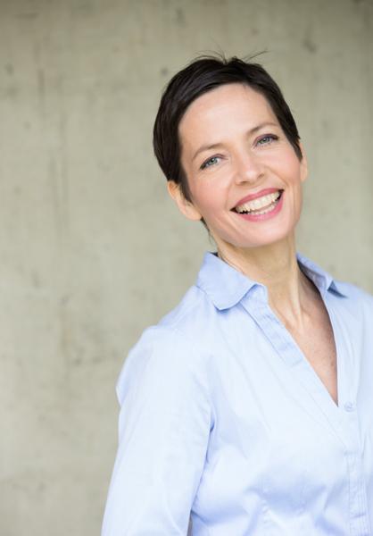 Business Portrait, Businesswoman, kompetent und strahlend, kurze dunke Haare und blaue Augen
