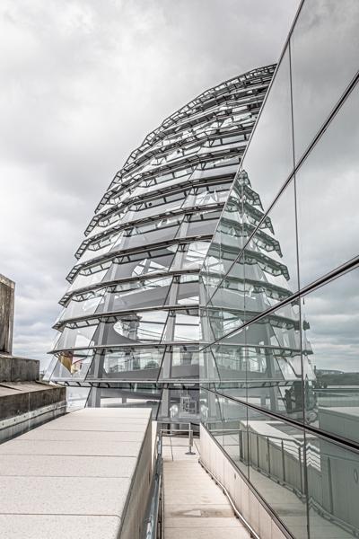 Architekturfoto mit Spiegelung von der Glaskuppel am Berliner Reichstag