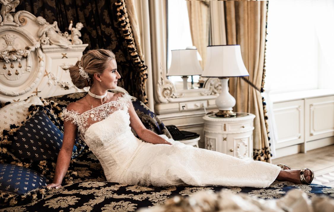 wunderschöne Braut in einem Hochzeitskleid von La Hong Nhut ewartet in der Suite des Hotel Imperial