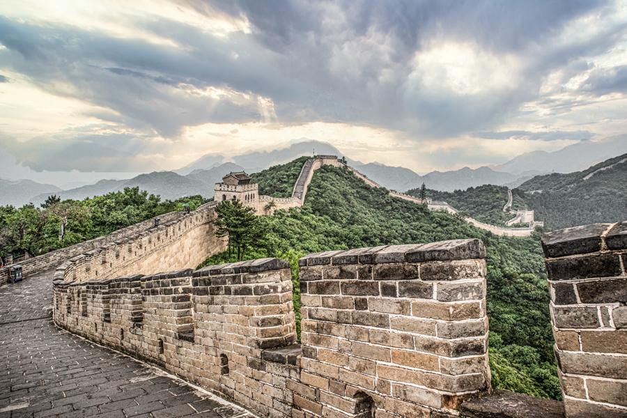 Teil der chinesischen Mauer mit dramatischen Wolken