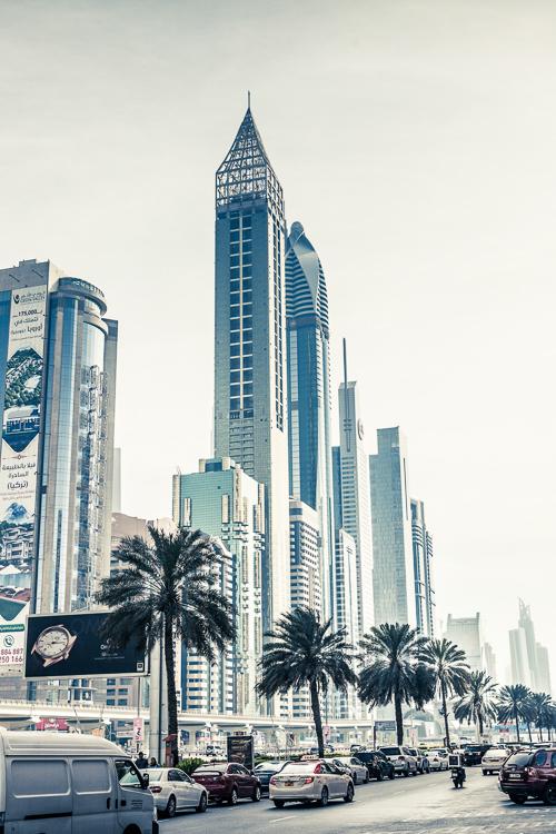 schöne Wolkenkratzer und einzelne Hochhäuser in Dubai, farbreduziert