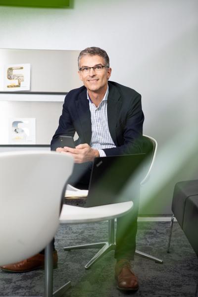 Businessportrait eines attraktiven Mannes im Büro