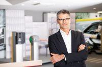 Businessportrait vor technischem Hintergrund