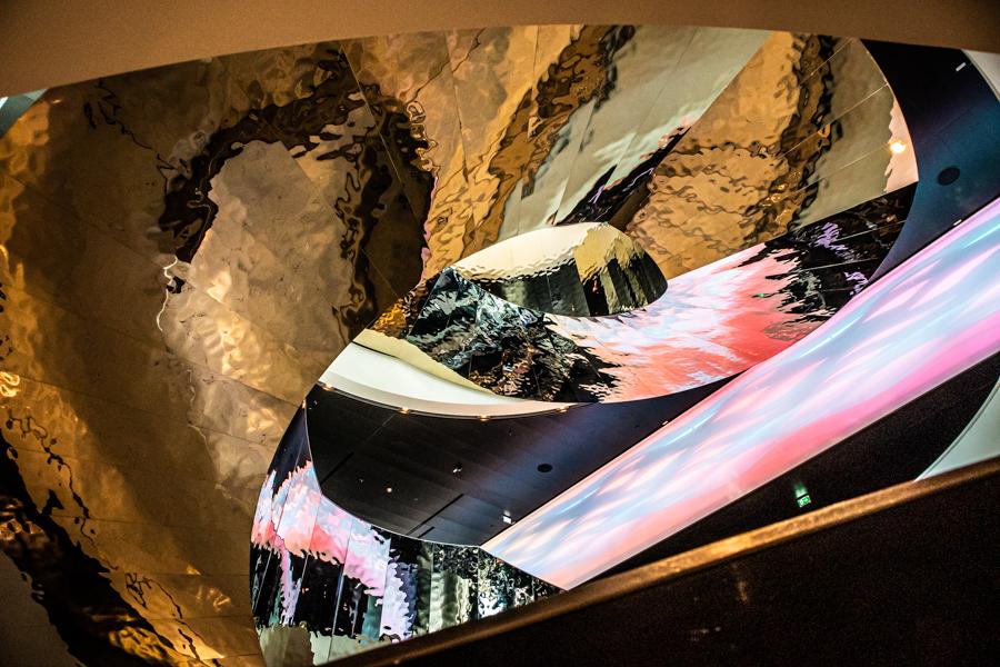 abstraktes Bild der kunstvollen Treppe des Melia Hotels in Wien
