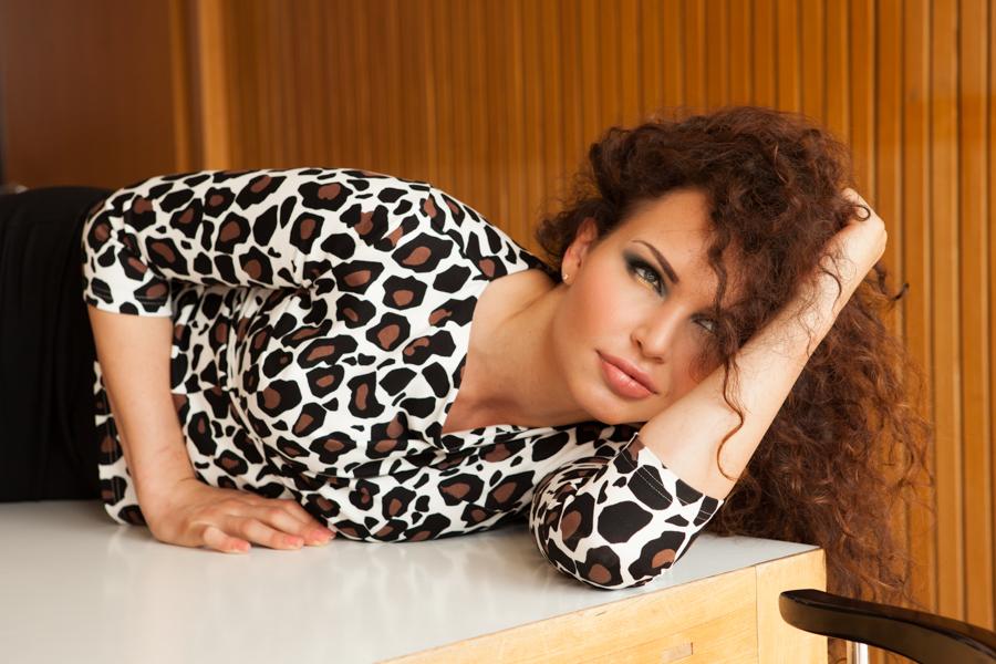 dunkelhaariges Model mit Wuschelkopf trägt Mode von Irina Hofer, sehr sexy