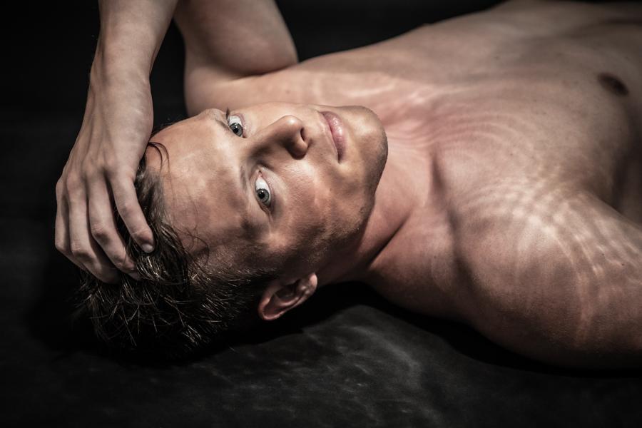 wie ein Unterwasserportrait, junger Mann, blonder Mann, nackter Oberkörper