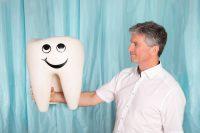 Zahnarzt Dr. Georg Piehslinger stemmt einen Zahn